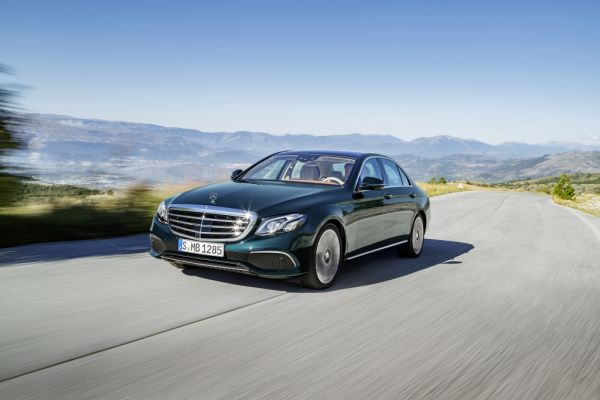 Mercedes-Benz E-Klasse, EXCLUSIVE, kallaitgrün, Leder sattelbraun/macciato ; Mercedes-Benz E-Class, EXCLUSIVE, callait green, leather saddle brown/macciato;