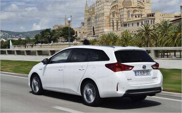toyota-auris-hybrid-rear
